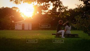 日没前のベンチに座っている男の写真・画像素材[4925252]