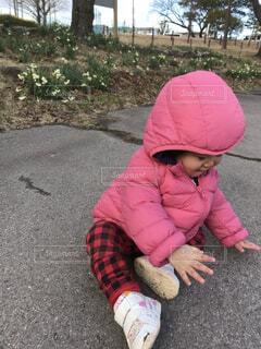地面に座って遊んでいる小さな子供の写真・画像素材[4867614]