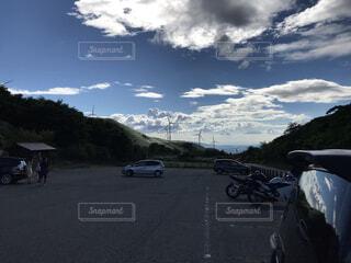 山道の脇に駐車している車の写真・画像素材[4864466]