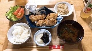 食べ物の皿をテーブルの上に置くの写真・画像素材[4922178]