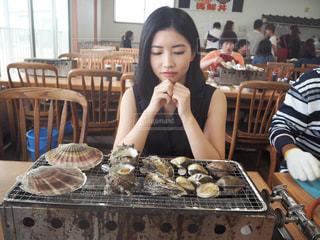 イ ・ ヨンエの食事のテーブルに座っての写真・画像素材[769708]
