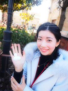 カメラにポーズ鏡の前に立っている女性の写真・画像素材[967734]