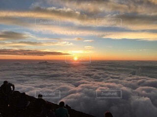 富士山山頂雲海からのご来光の写真・画像素材[4860398]