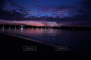 水の体の隣にある桟橋のぼやけた写真の写真・画像素材[4871025]
