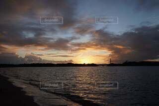 水の体に沈む夕日の写真・画像素材[4877079]