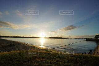 水の体に沈む夕日の写真・画像素材[4877081]