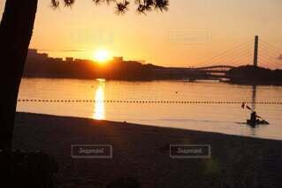 水の体に沈む夕日の写真・画像素材[4877083]