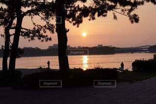 水の体に沈む夕日の写真・画像素材[4877087]