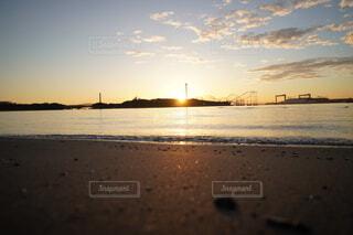 水の体に沈む夕日の写真・画像素材[4881752]