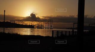 水の体に沈む夕日の写真・画像素材[4918170]