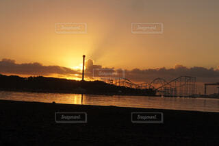 夕日を背景に水の体に架かる橋の写真・画像素材[4918173]