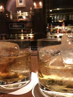 テーブルの上のウイスキーの写真・画像素材[1035813]