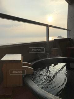 夕焼けと露天風呂の写真・画像素材[1035818]