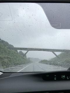 雨の中のドライブの写真・画像素材[1035819]