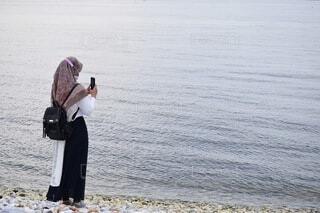 ビーチに立つ女性の写真・画像素材[4869738]