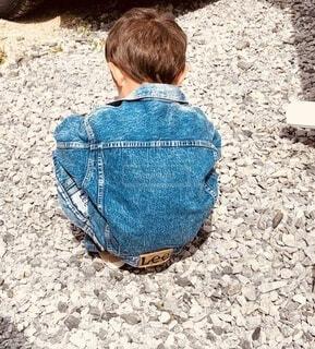 しゃがみこむ男の子の写真・画像素材[4872330]