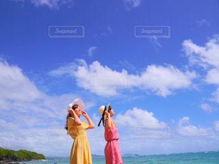 女性,友だち,2人,20代,ファッション,風景,海,空,春,ビーチリゾート,帽子,女子,人物,ハワイ,リゾート,ハッピー,若い,若い女性