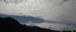雪に覆われた山の眺めの写真・画像素材[4912266]