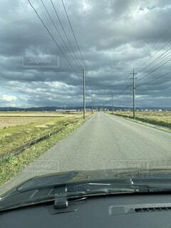道路の脇に駐車している車の写真・画像素材[4861294]