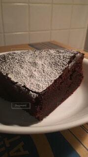 皿の上にチョコレートケーキを1個入れたの写真・画像素材[4861908]