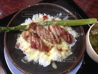 皿の上に食べ物のボウルの写真・画像素材[4875035]