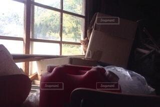 暗い部屋にベッドと窓のあるベッドルームの写真・画像素材[4875053]