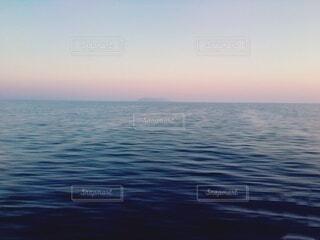 水の体に沈む夕日の写真・画像素材[4875055]