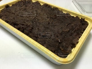 テーブルの上にチョコレートケーキを1個入れの写真・画像素材[4875061]