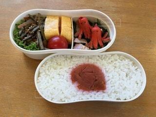 皿の上に食べ物のボウルの写真・画像素材[4875068]