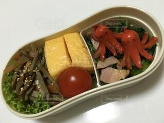 皿の上に食べ物のボウルの写真・画像素材[4875066]