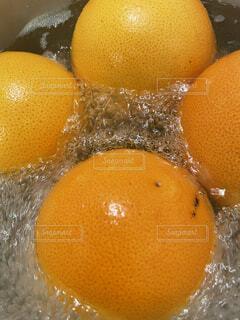テーブルの上にオレンジのボウルの写真・画像素材[4862287]