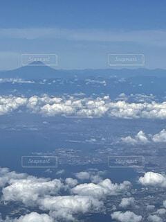 周囲に雲のある山の眺めの写真・画像素材[4862467]