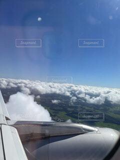 雪に覆われた山の上に座っている飛行機の写真・画像素材[4862468]