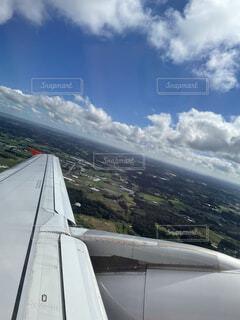 曇りの日に大きな飛行機の写真・画像素材[4862491]