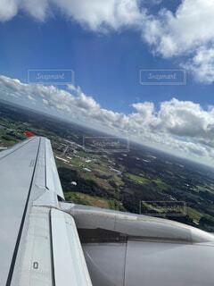 曇りの日に大きな飛行機の写真・画像素材[4862567]