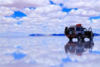 ウユニ塩湖と四駆車の写真・画像素材[1129522]