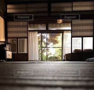 大きな窓のあるリビングルームの眺めの写真・画像素材[4863061]
