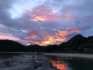 朝焼けと海辺の写真・画像素材[4869984]