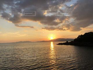 夕暮れの海の写真・画像素材[4870012]