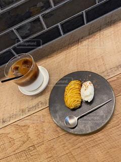 食べ物の皿の上に座っているバナナの写真・画像素材[4861597]