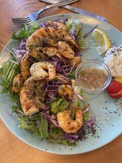食べ物の皿をテーブルの上に置くの写真・画像素材[4861596]