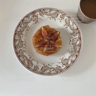 食べ物の皿をテーブルの上に置くの写真・画像素材[4872939]