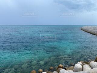 水の体の隣にある岩場の写真・画像素材[4880248]