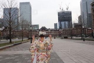 建物の前に立っている人の写真・画像素材[4888701]