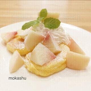 桃のスフレパンケーキの写真・画像素材[4863485]