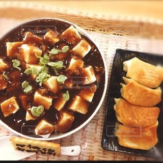 麻婆豆腐丼と餃子そっくりケーキの写真・画像素材[4871102]