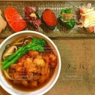 カラフル寿司とかき揚げうどんの写真・画像素材[4874819]