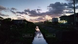 川に光る夕日の写真・画像素材[4873094]