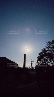 早朝の中秋の名月の写真・画像素材[4884426]