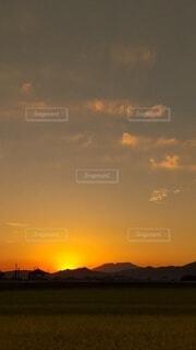 赤く染まる空と雲の写真・画像素材[4912145]